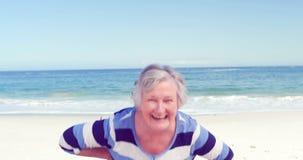 Смешная старшая женщина делая стороны к камере сток-видео
