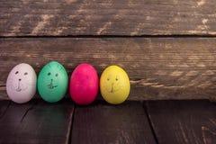 Смешная сторона пасхального яйца стороны на деревянных планках Стоковые Фото