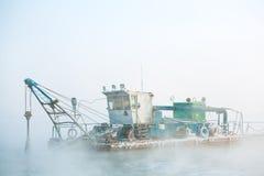 Смешная шлюпка в тумане Стоковые Фото