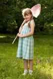 Смешная, dark-haired девушка с сетью бабочки стоковое изображение rf