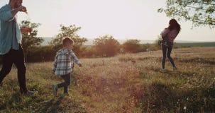 Смешное время для большой семьи, папы мамы и 2 мальчиков на природе играя совместно тратить совершенное время сток-видео