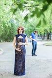 смешное изображение Счастливая беременная женщина при супруг стоя совместно Стоковая Фотография RF