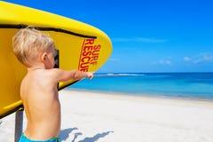 Смешное спасение прибоя на пляже Стоковые Фотографии RF