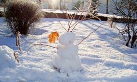Смешное украшенное с сухим снеговиком хворостин стоковые фотографии rf