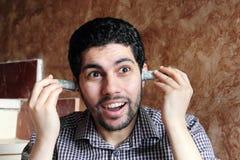 Смешной арабский молодой бизнесмен с деньгами долларовых банкнот Стоковое фото RF