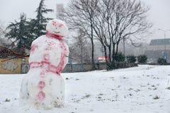 Смешной белый красный снеговик в парке при крышка сделанная из картона Стоковые Фото