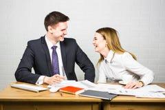 Смешной бизнесмен говоря шутку во время перерыва на чашку кофе конференции Стоковая Фотография RF
