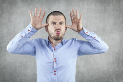 Смешной бизнесмен играя на нервах босса стоковое изображение rf