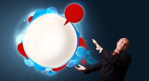 Смешной бизнесмен представляя экземпляр пузыря речи Стоковое фото RF