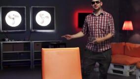 Смешной бородатый человек с солнечными очками активно танцует в комна сток-видео