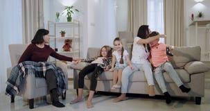 Смешной брат и сестра детей играя на брате видеоигры были победителем, матерью счастливой и усмехаясь обнимающ ее сына видеоматериал