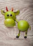 Смешной бык сделанный зеленых яблока и кивиа Стоковое фото RF