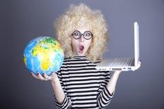 смешной глобус стекел девушки держа тетрадь Стоковая Фотография RF