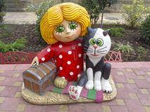 Смешной гном с комодом и его котом друга, героями русских шаржей Стоковые Изображения RF