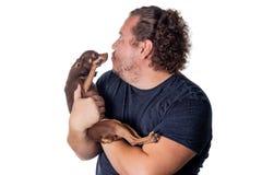 Смешной жирный человек с меньшей собакой на белой предпосылке стоковые изображения