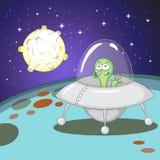 Смешной зеленый чужеземец в космическом корабле Стоковые Фото