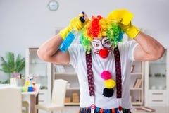 Смешной клоун делая очищать дома Стоковая Фотография RF