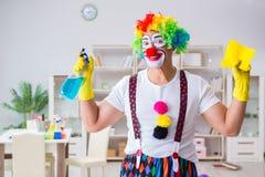 Смешной клоун делая очищать дома Стоковые Изображения RF