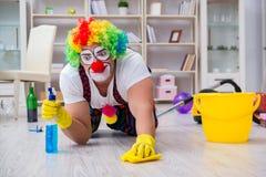 Смешной клоун делая очищать дома Стоковые Фотографии RF