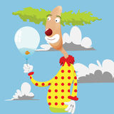 Смешной клоун держа воздушный шар Стоковые Фотографии RF