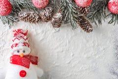 Смешной красный и белый снеговик стоковое фото rf