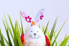 Смешной кролик пасхального яйца в зеленой траве Стоковые Фотографии RF