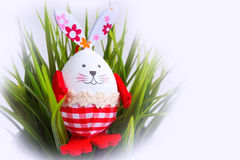 Смешной кролик пасхального яйца в зеленой траве Стоковые Изображения RF