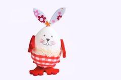 Смешной кролик пасхального яйца на белизне Стоковое фото RF