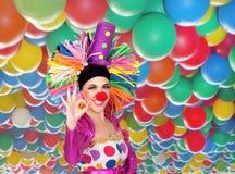 Смешной клоун девушки с большим цветастым париком говоря о'кеы Стоковые Фотографии RF