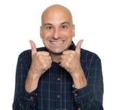 Смешной лысый человек показывая большие пальцы руки вверх стоковые фотографии rf