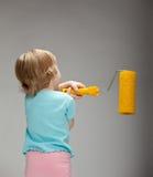 Смешной маленький ребенок с большим роликом краски Стоковые Изображения RF