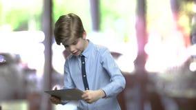 Смешной мальчик играя игру на ПК планшета сток-видео