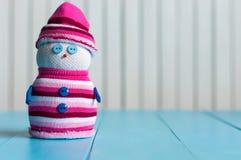 Смешной маленький handmade снеговик в белизне и стоковые изображения