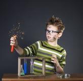 Смешной мальчик выполняя эксперименты Шальной ученый Educat стоковая фотография