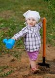 Смешной мальчик с лопаткоулавливателем в саде Стоковое фото RF