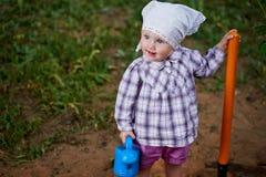 Смешной мальчик с лопаткоулавливателем в саде Стоковые Фотографии RF
