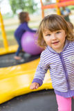 Смешной милый ребенок делая каникулы и наслаждаясь летом Прелестный портрет крупного плана стороны девушки маленького ребенка Сча Стоковое фото RF