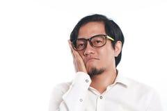 Смешной молодой азиатский посмотренный бизнесмен очень пробуренный стоковое изображение