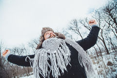 Смешной молодой бородатый человек в зиме в природе Стоковое фото RF