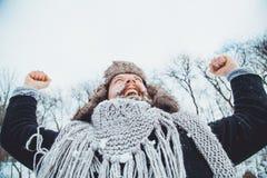 Смешной молодой бородатый человек в зиме в природе Стоковые Изображения RF
