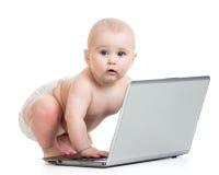 Смешной младенец играя на компьтер-книжке Стоковое фото RF