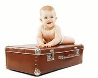 Смешной младенец на чемодане стоковая фотография rf