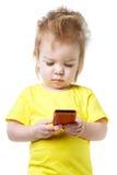 Смешной младенец смотрит экран smartphone Стоковые Изображения