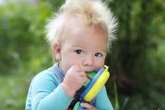 Смешной младенец с кораблем на летний день Стоковая Фотография RF