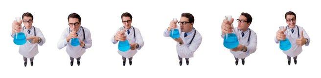 Смешной доктор при голубая жидкость изолированная на белизне Стоковые Фотографии RF