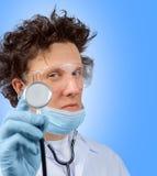 Смешной доктор слушает с стетоскопом Стоковое Фото