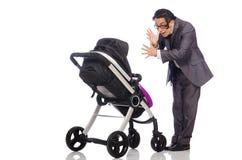 Смешной папа с младенцем и pram на белизне стоковые изображения