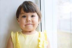Смешной портрет маленькой девочки стороны усмехаться ребенка счастливый Стоковые Изображения RF