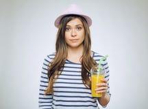 Смешной портрет молодой женщины с апельсиновым соком Стоковые Изображения