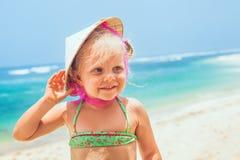 Смешной портрет стороны счастливого ребенка в въетнамской соломенной шляпе Стоковое Изображение RF